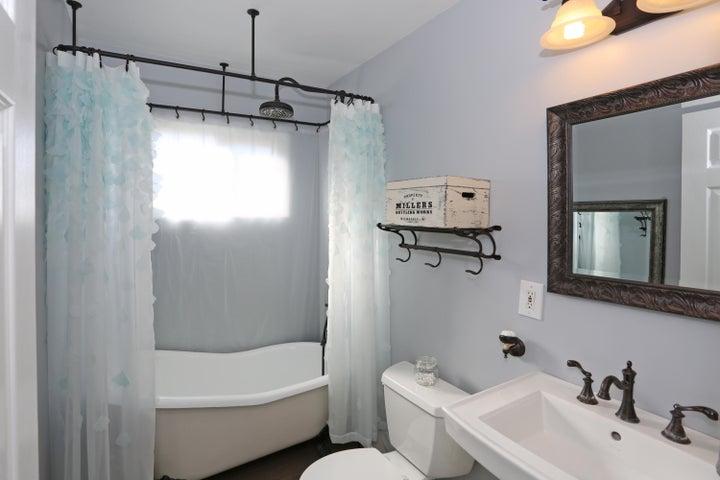 522 Dentr Dr - Remodeled Hall Bath 2