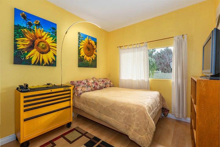 Big bedroom-10' ceiling