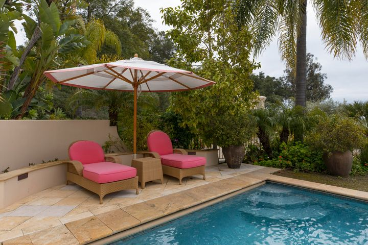 Lounge seating around pool