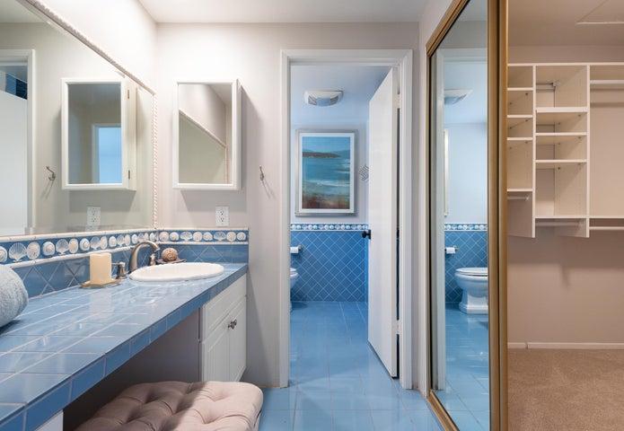 Master Bathroom w/walk in closet