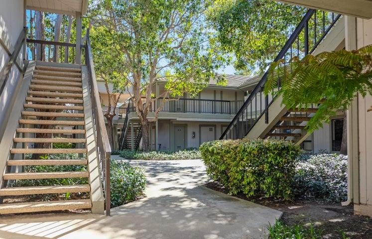 5290 Overpass Rd - courtyard