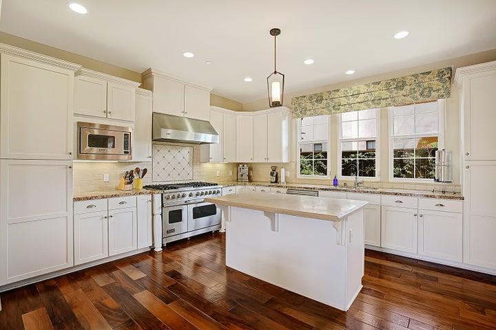 Kitchen w/ Viking Appliances