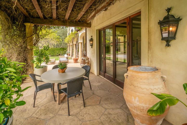 Outdoor Dining Near Pool