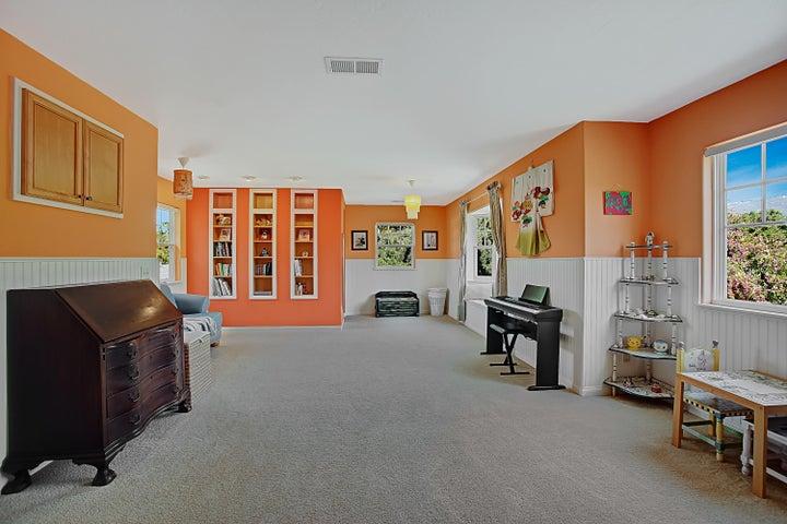 Huge playroom or 2nd bedroom