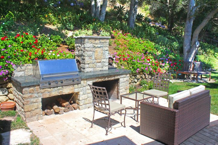 1000-26 Fireplace and BBQ Area