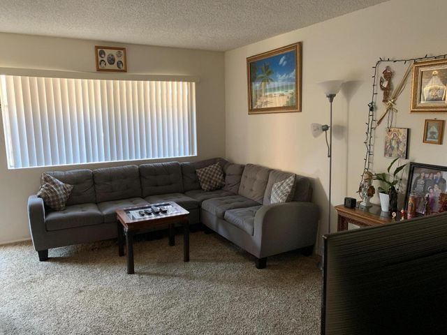 Living room (unit C)