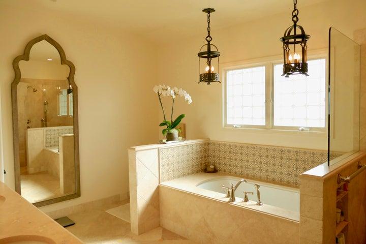 Master Bath Luxury Soaking Tub