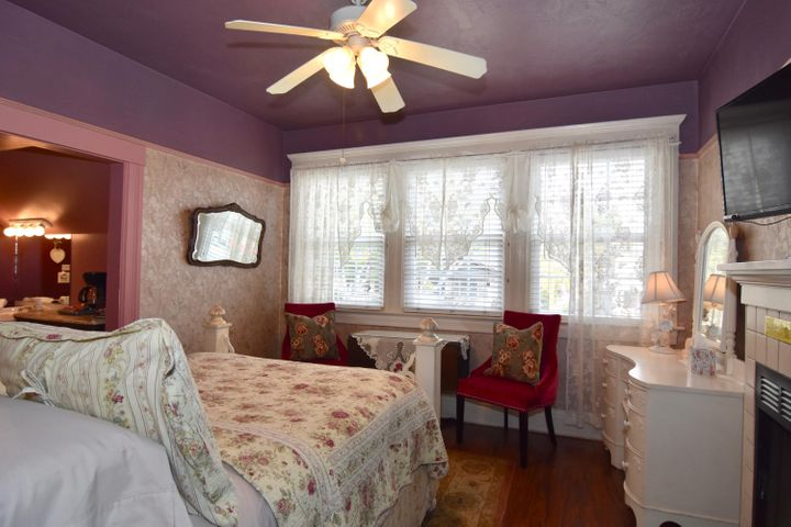 1327 ROOM UPSTAIRS MIDDLE