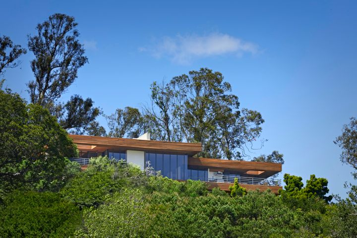 Commanding knolltop with privacy