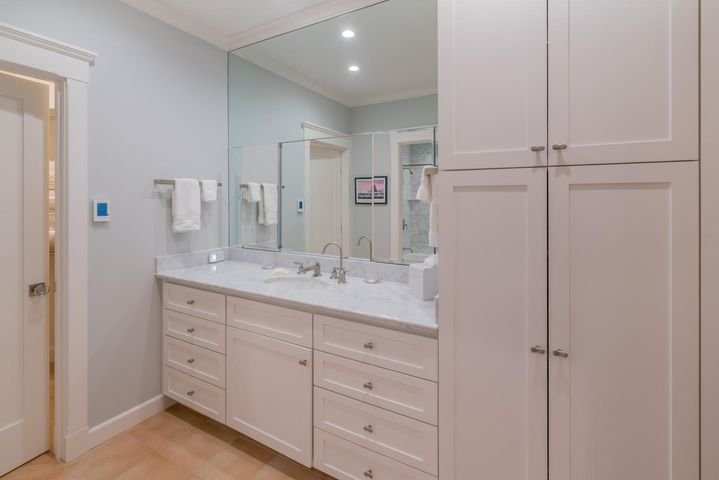 Bathroom w/two walk-in closets