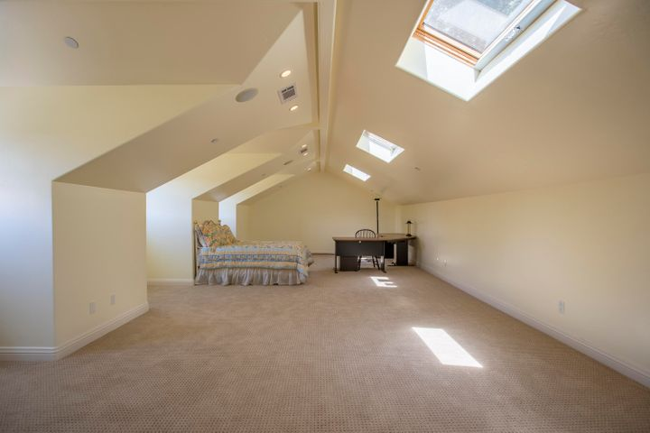 Upstairs 600SF bonus room