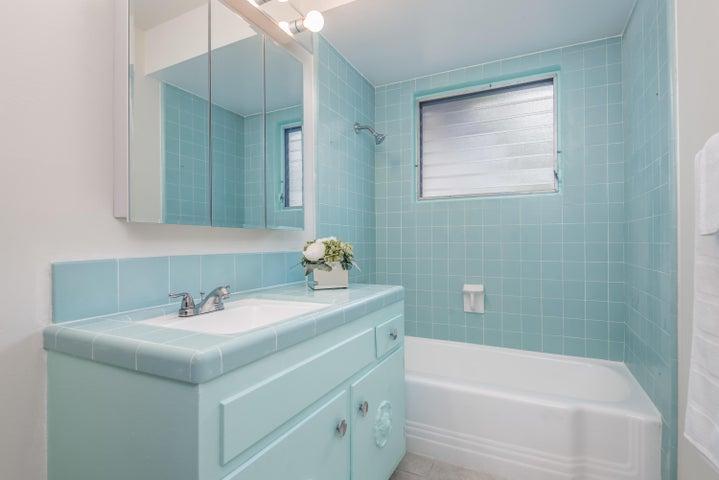 023_23-Bathroom 2