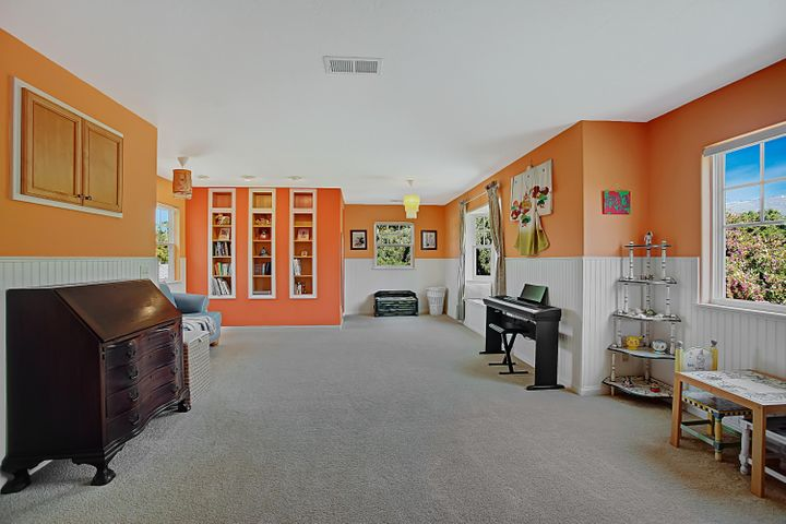 Huge playroom or 2nd bedroom