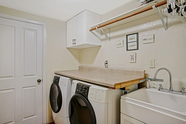 Laundry rm w/garage access