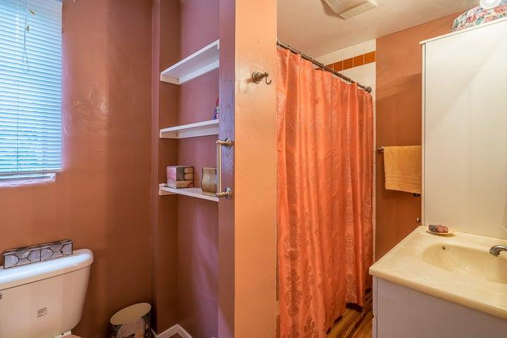 Bathroom 1_2324 Cliff_w