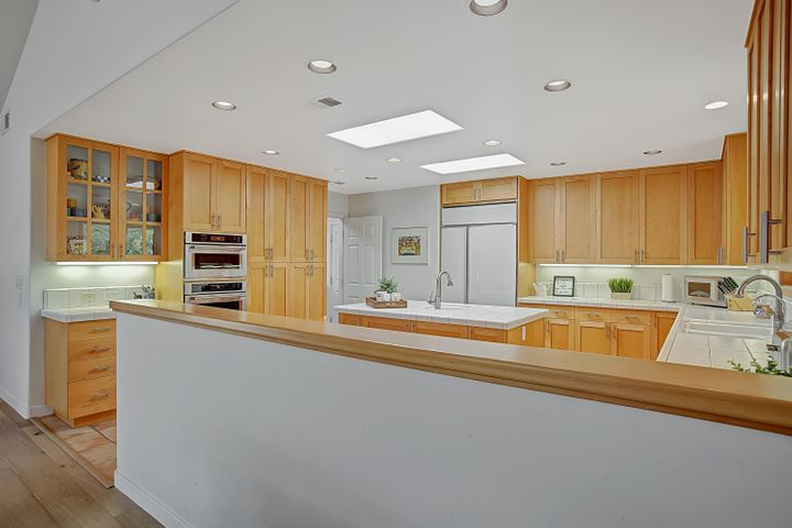 Bright kitchen w/stainless appliances