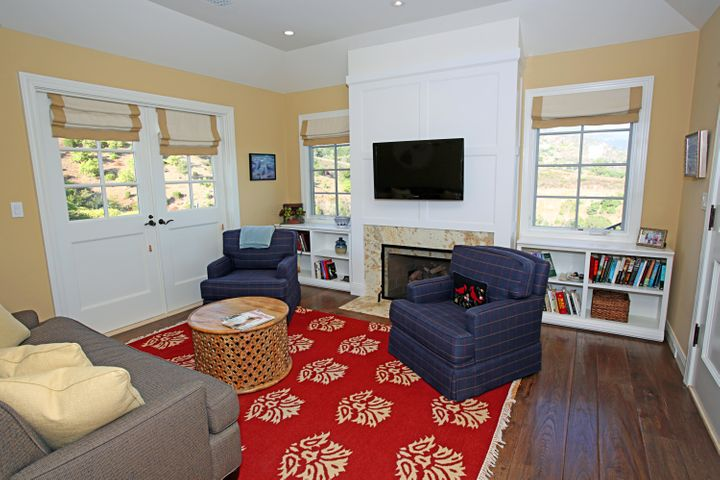25Guest House Living Room