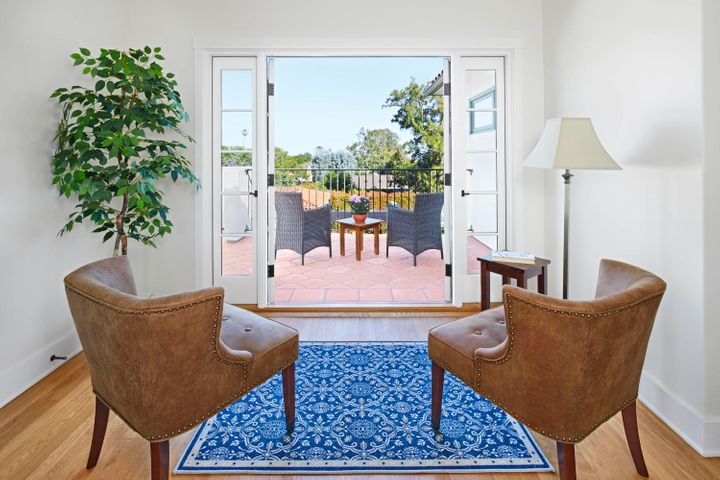 22_los_olivos_chairs_looking_out_final17