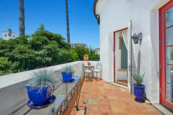 210_e_figueroa_st_living_room_balcony_fi