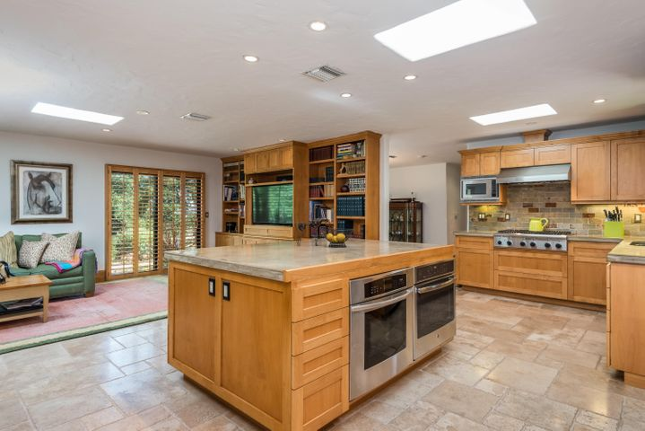 Spacious island and double ovens