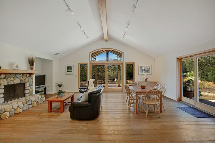 Living Rm w/vauled ceiling and mtn views