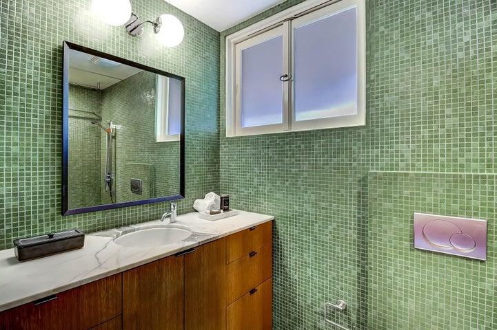 09_1394 Plaza Pacifica bathroom