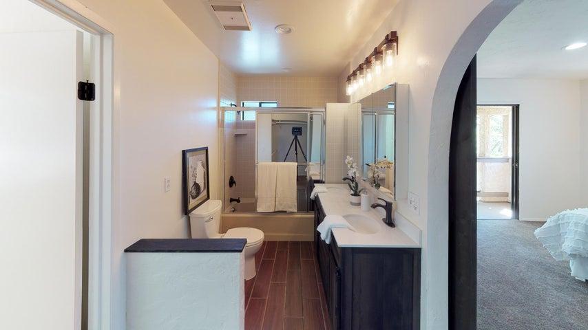 133-Sunset-St-Bathroom