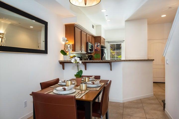 Dining Area w/ Breakfast Bar