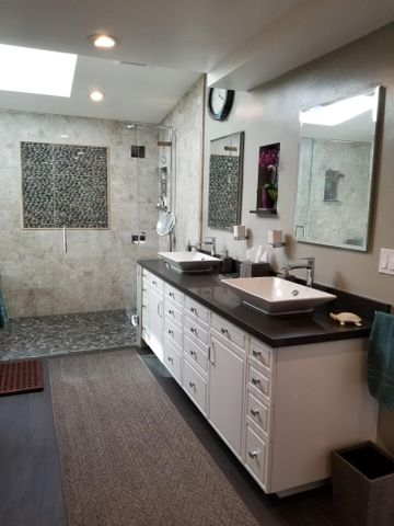 Master W/Double Sinks & Seperate Shower