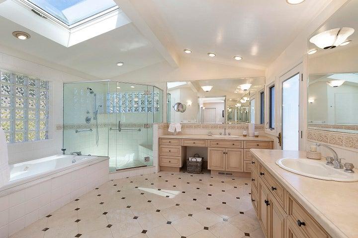 10_Master bathroom