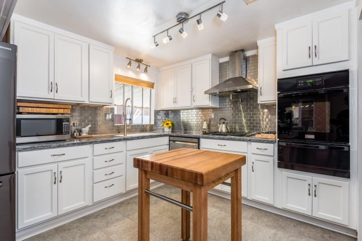 Newer Kitchen w/ ample cabinetry
