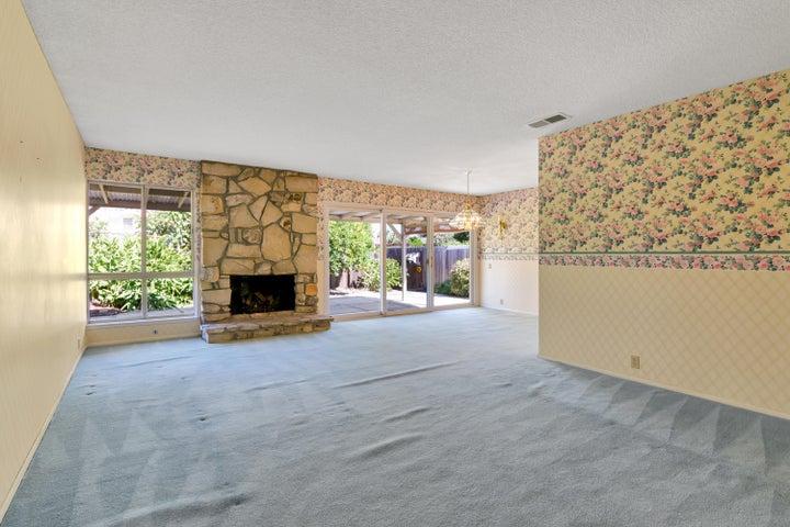 Living Room / Fireplace