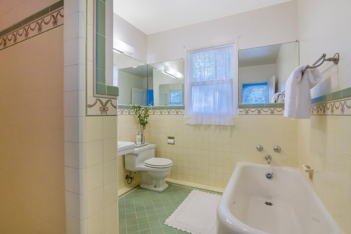 2300 Wellington 19 Hall Bath