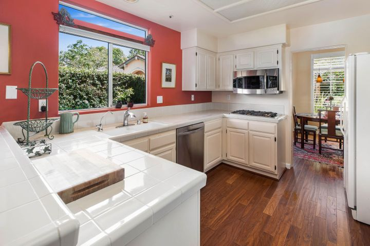 Cheerful and Spacious Kitchen