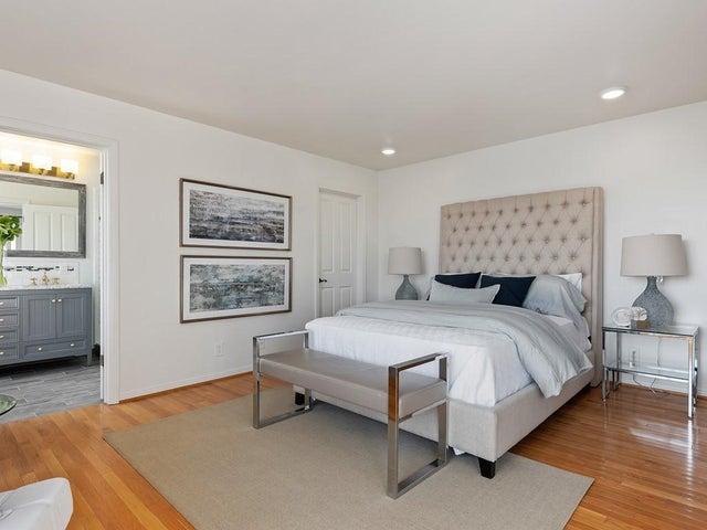 Master Bed w/ Walkin Closet