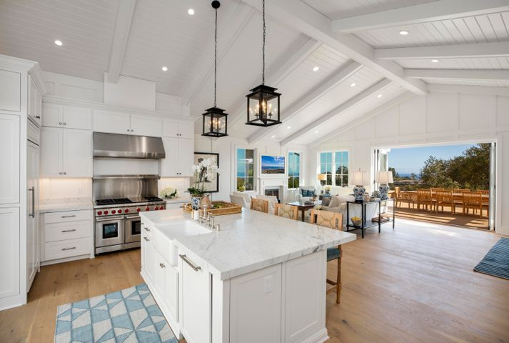 Open Concept Kitchen w Vaulted Cielings