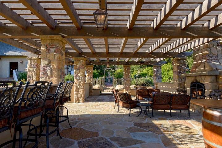 Outdoor Kitchen, BBQ & Fireplace