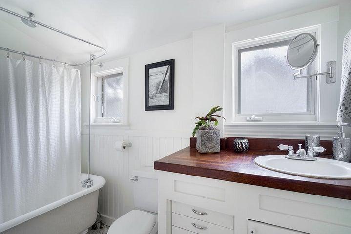 Bathroom #1 w/ Claw foot tub
