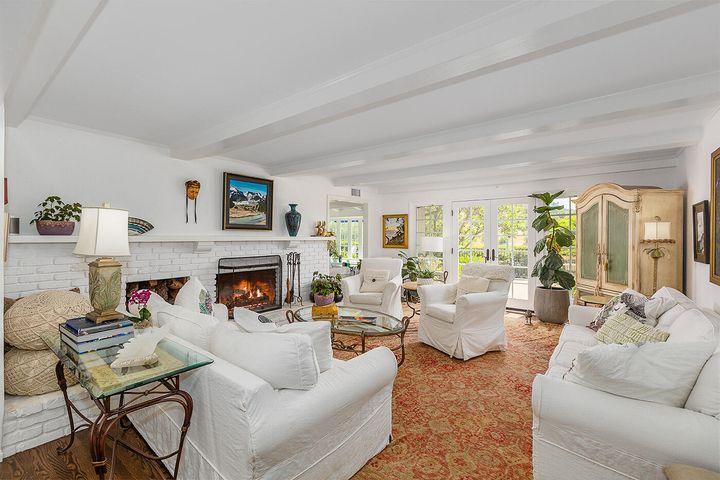 Welcoming, bright & charming living room