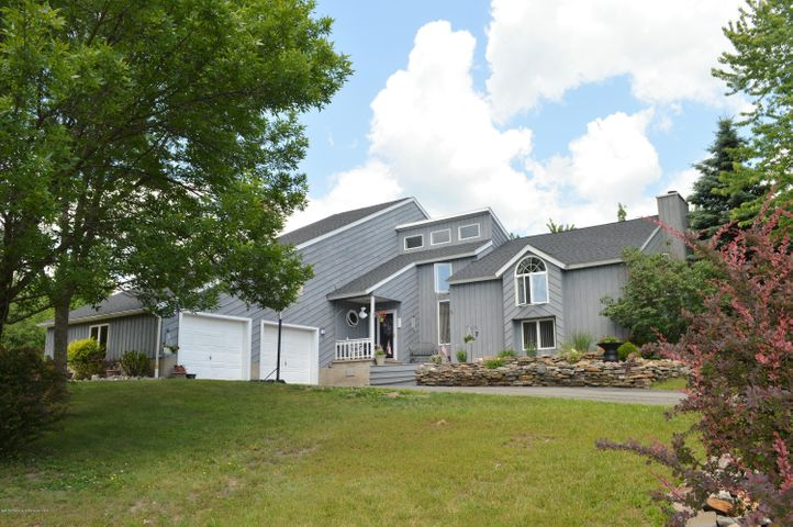 215 Old Orchard Road, a beautiful custom-built split level home build by the builder FOR hi