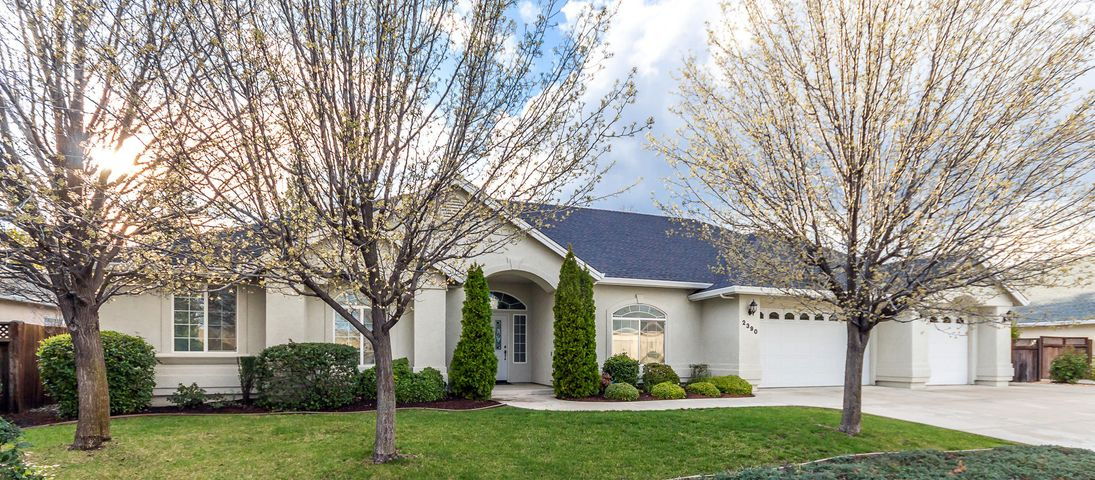 2390 Crescent Moon Ct, Redding, CA 96001