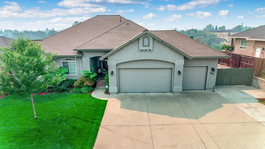 1041 Rollingview Dr, Redding, CA 96003