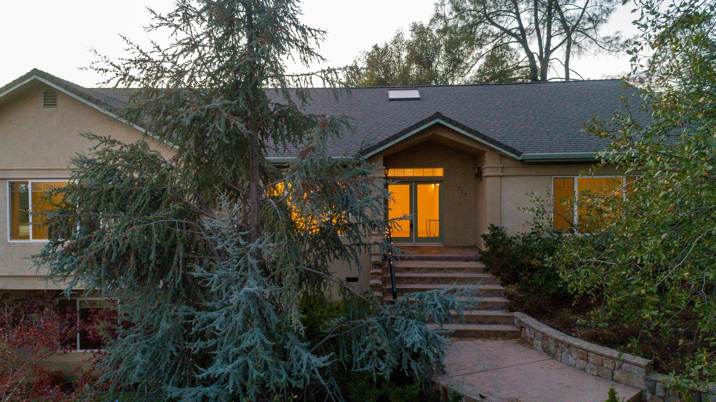 13777 Peace Valley Ln, Redding, CA 96003