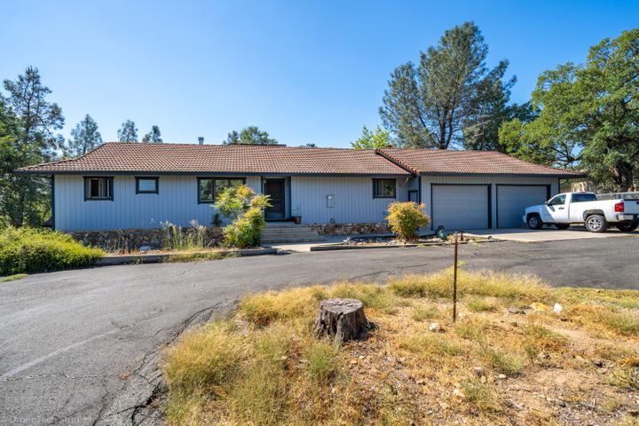 10560 Old Oregon Trl, Redding, CA 96003