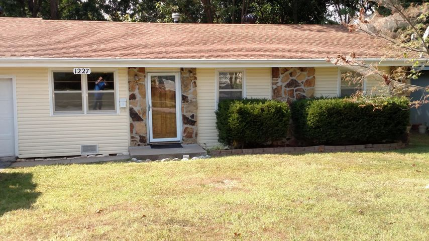 1227 South Belcrest Avenue, Springfield, MO 65804