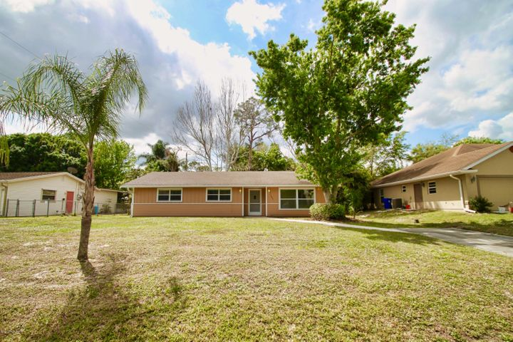 3Bed 2Bath Home with Screened Porch & Fenced Back Yard