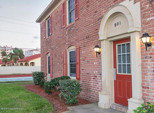 Front entry to 901 S Colonial Ct Unit B