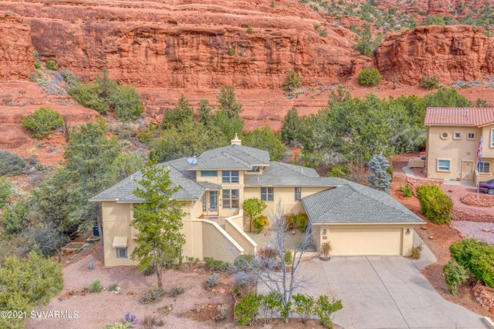Nestled amoung beautiful Sedona Red Rocks In the Village of Oak Creek