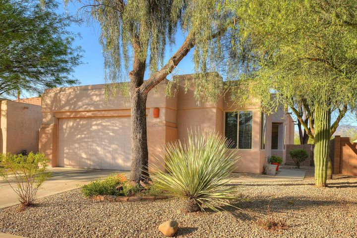 fabulous home in nationally awarded Agua Duce/ Sweetwater reserve, Gated community !! Backing to common area with great view s of the Catalina mnt and Quiet privacy only a short distance to the gorgeous pool area.