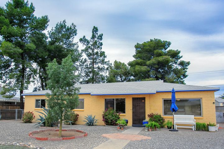 Superbly cared for and maintained mid-century ranch in Poet Square